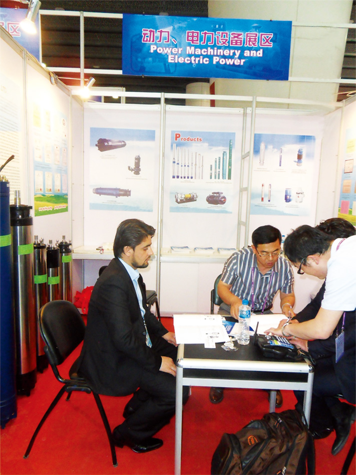 Negotiation with foreign businessmen at Canton Fair